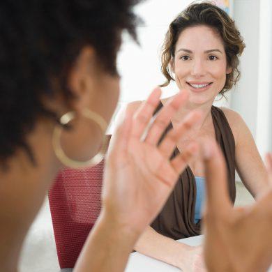 Empresárias discutindo como fazer uma boa gestão de clientes