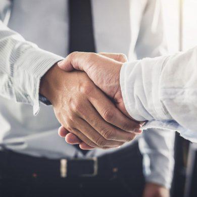 Duas pessoas apertando as mãos depois de uma negociação de dívidas