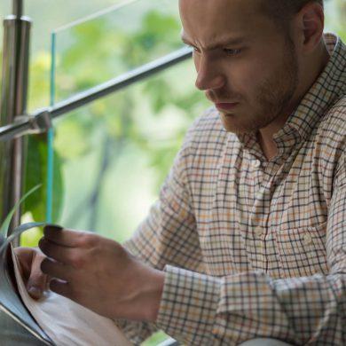 Homem abrindo uma carta de cobrança