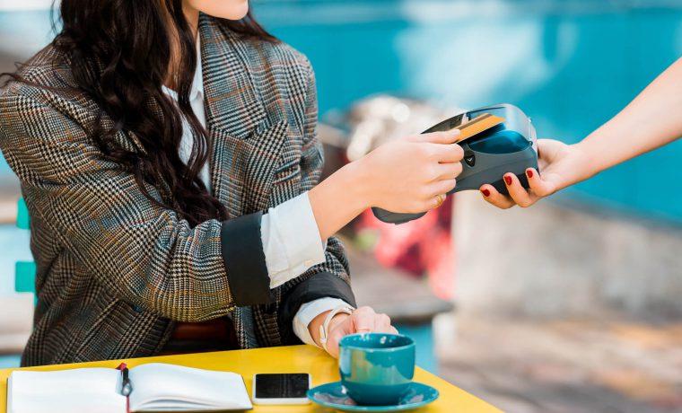 Mulher pagando sua compra com cartão