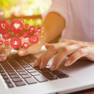 Mulher digitando um e-mail marketing em seu computador
