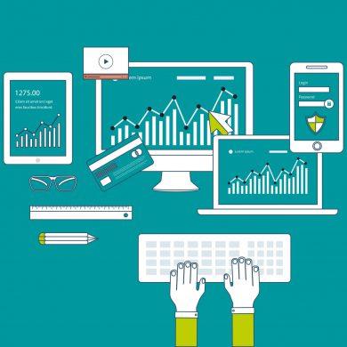 Pessoa mexendo em vários computadores, analisando dados de clientes