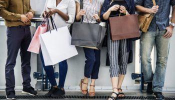 5 pessoas carregando várias sacolas de compras - Como aumentar o ticket médio em sua loja