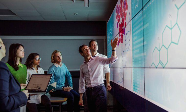 Equipe empresarial elaborando um planejamento estratégico