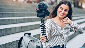 Mulher gravando um vídeo, que faz parte de uma das estratégias de marketing para um empresa bem sucedida
