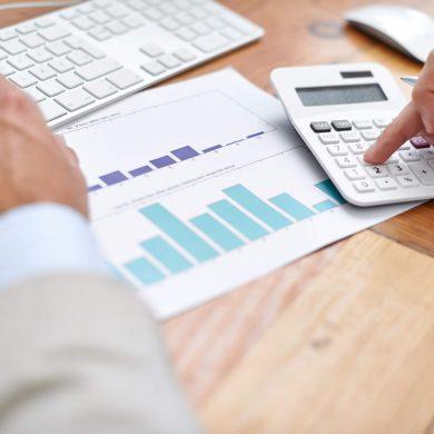 Pessoa analisando dados para fazer seu orçamento empresarial