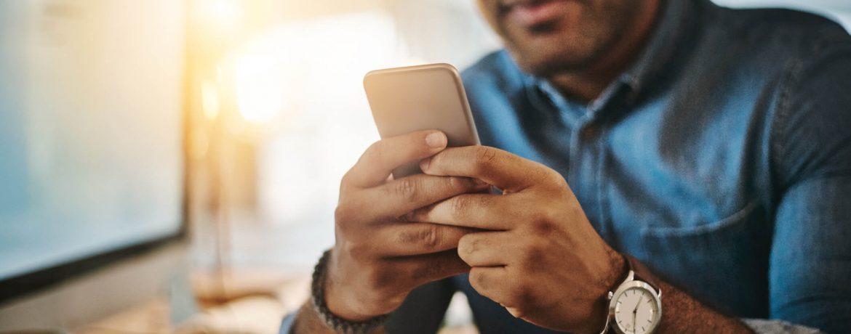 Homem comprando por plataformas mobile