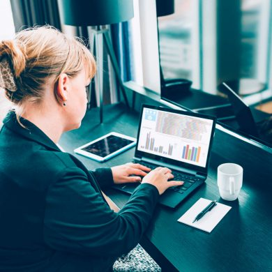 Mulher fazendo o balanço financeiro da sua empresa
