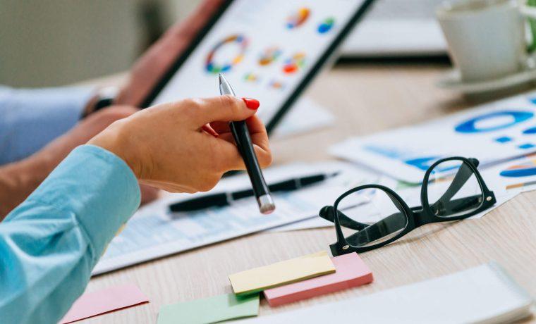 Pessoa analisando dados para fazer uma boa gestão financeira