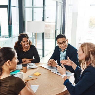 Funcionários em uma reunião debatendo sobre a importância da diversidade e inclusão na empresa
