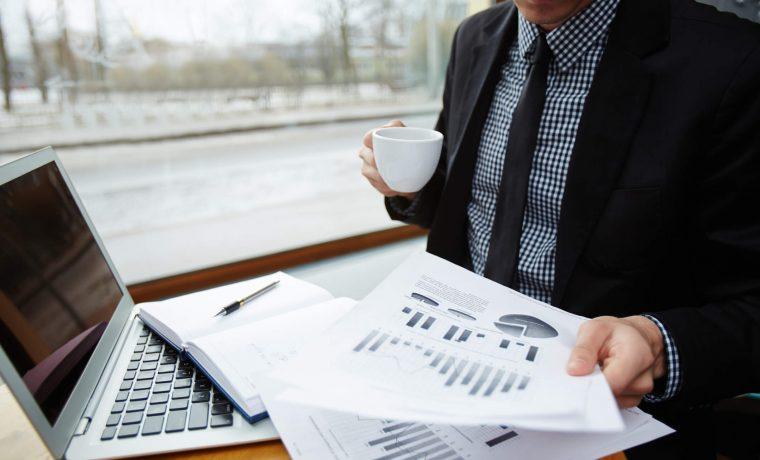 Empresário fazendo a análise de crédito de um cliente