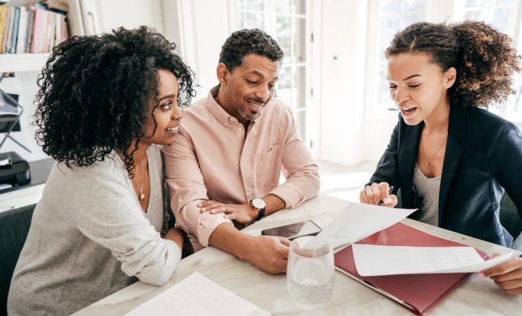 Empresários avaliando a carteira de clientes do negócio deles